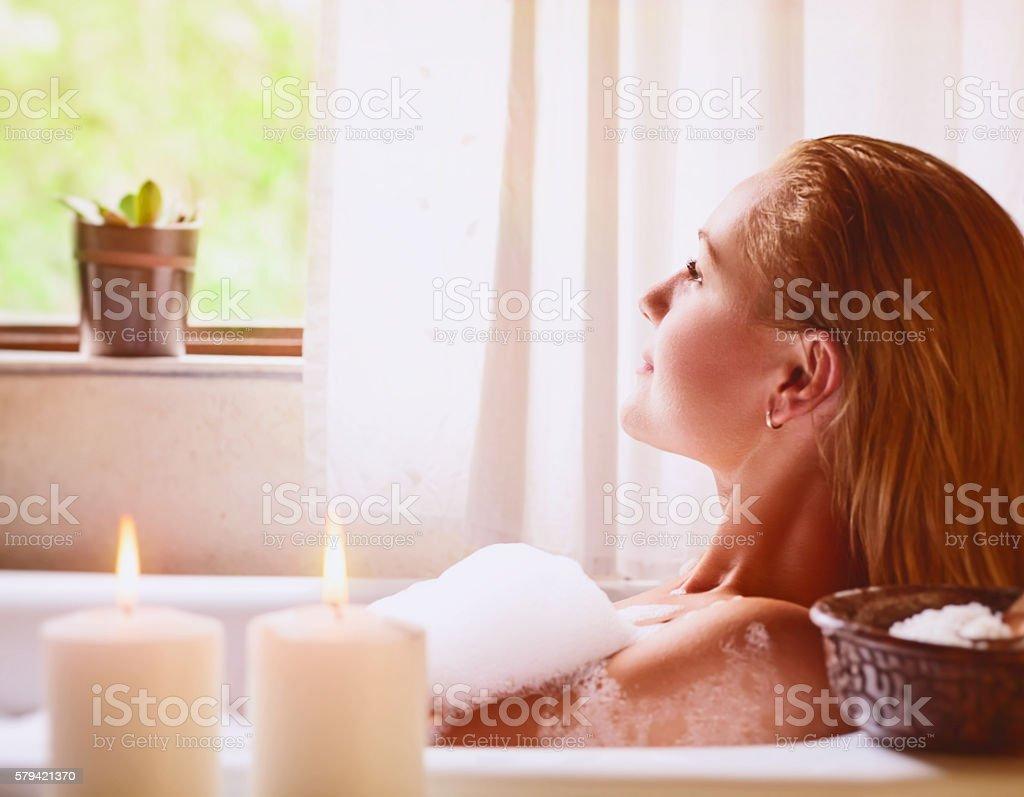 Frau Entspannen in der Badewanne – Foto
