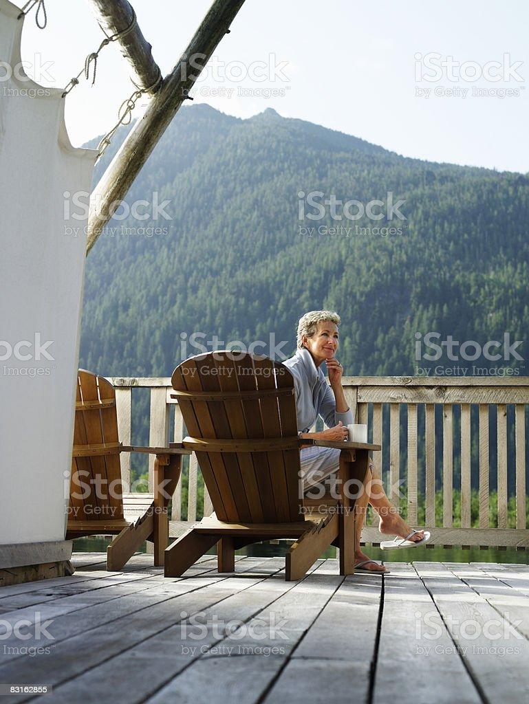 Kobieta relaks w fotelu na pokładzie. zbiór zdjęć royalty-free