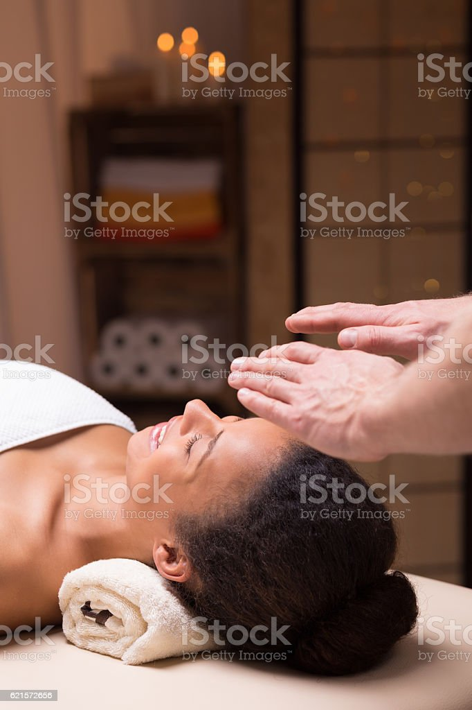 Woman relaxing in spa studio photo libre de droits
