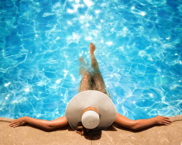 kobieta relaks w basenie - kurort turystyczny zdjęcia i obrazy z banku zdjęć