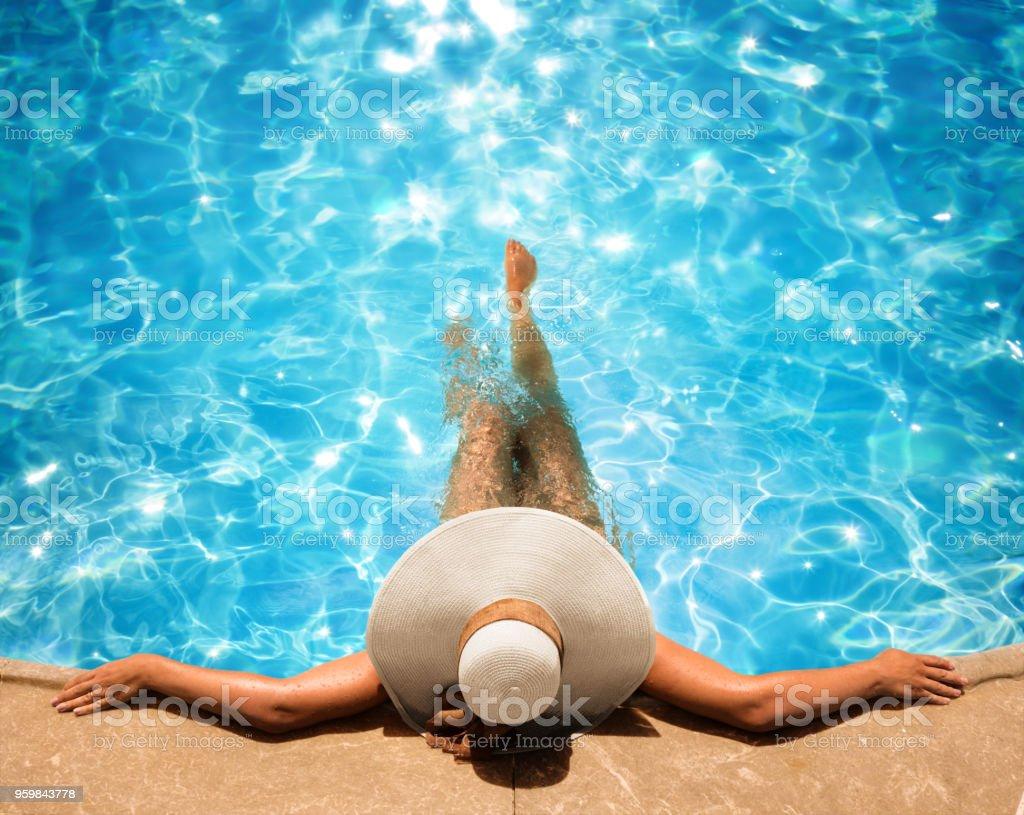 Frau entspannen im Pool – Foto
