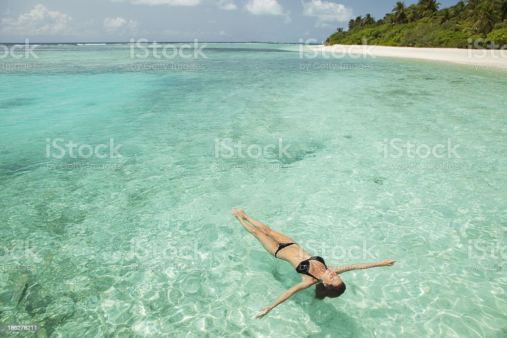 Frau entspannend auf das Meer – Foto