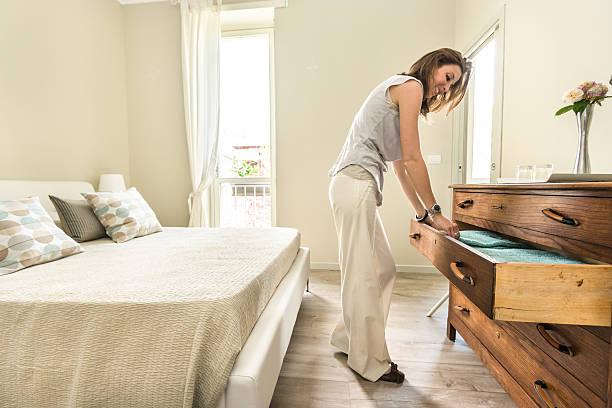 frau entspannenden in ihrem wunderschönen schlafzimmer - nachttischleuchte touch stock-fotos und bilder