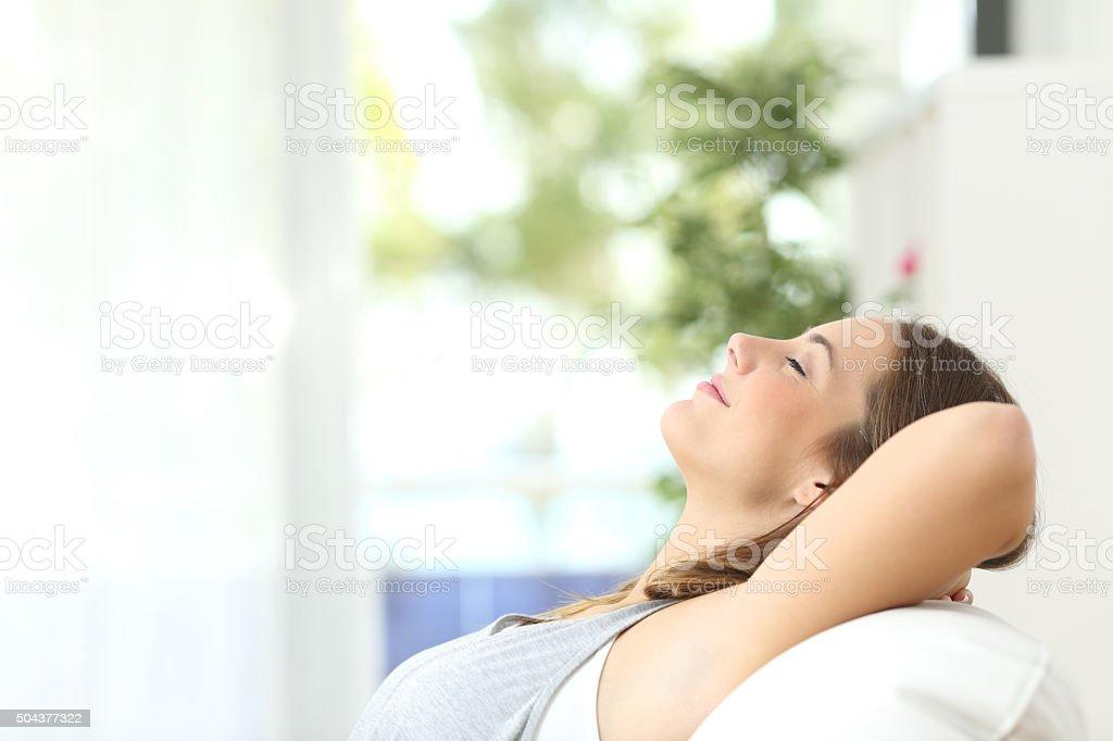 Mulher deitada relaxando no sofá em casa foto royalty-free