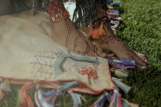 entspannen sie sich auf einer sonnigen wiese frau - hippie kostüm damen stock-fotos und bilder