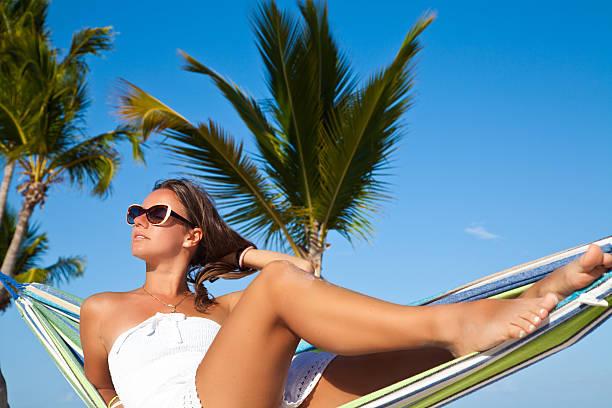 mujer relajarse en una hamaca en la playa - mujeres dominicanas fotografías e imágenes de stock
