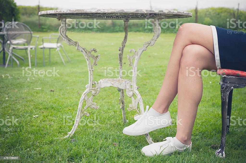 Mulher relaxante na cadeira em um jardim - foto de acervo