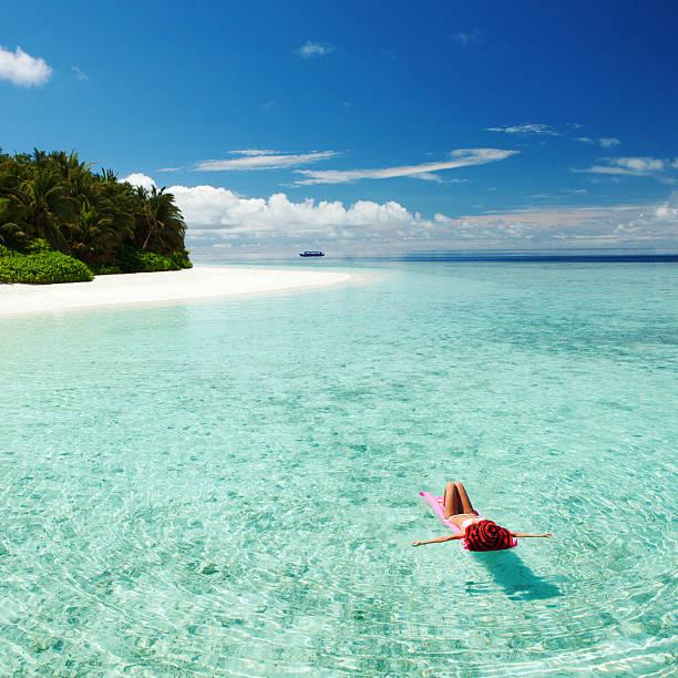 Frau entspannend auf aufblasbare Matratze im Meer – Foto