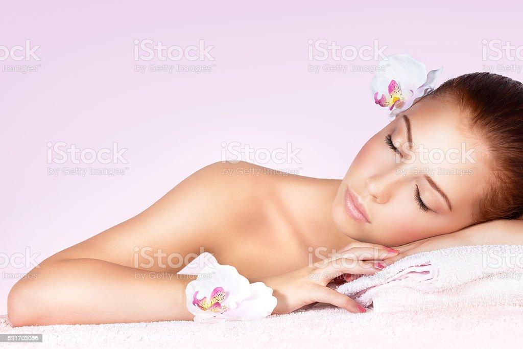 Femme détente sur une table de massage - Photo