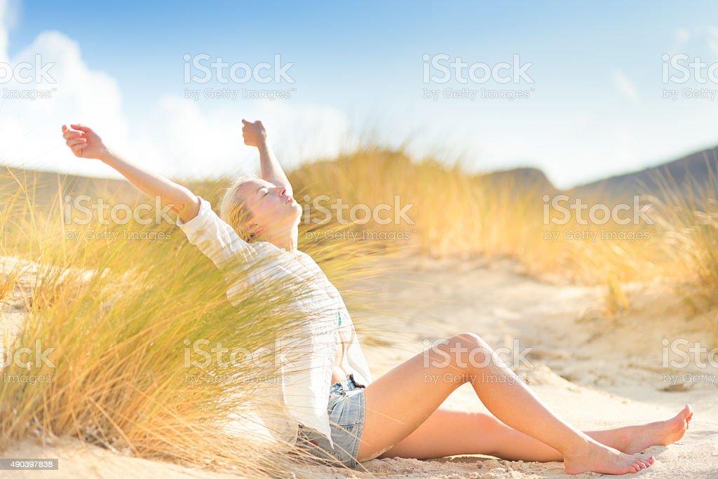 Frau entspannend auf sand dunes. Lizenzfreies stock-foto