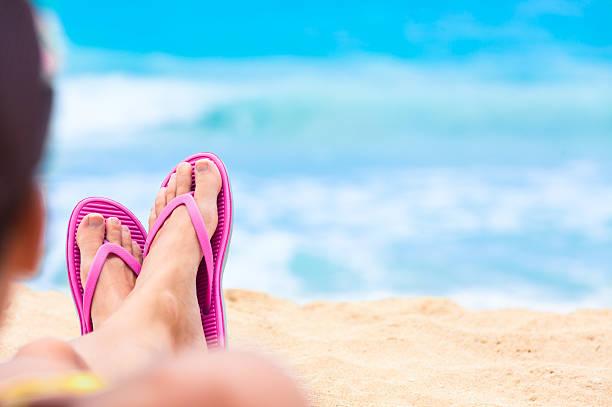 frau entspannung am strand  - salzwasser sandalen stock-fotos und bilder