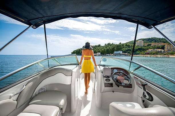 Mujer relajante en el yacht - foto de stock