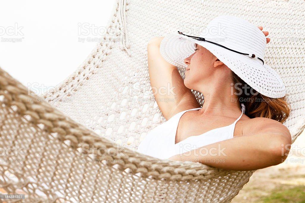 Jovem mulher relaxante na rede. - foto de acervo