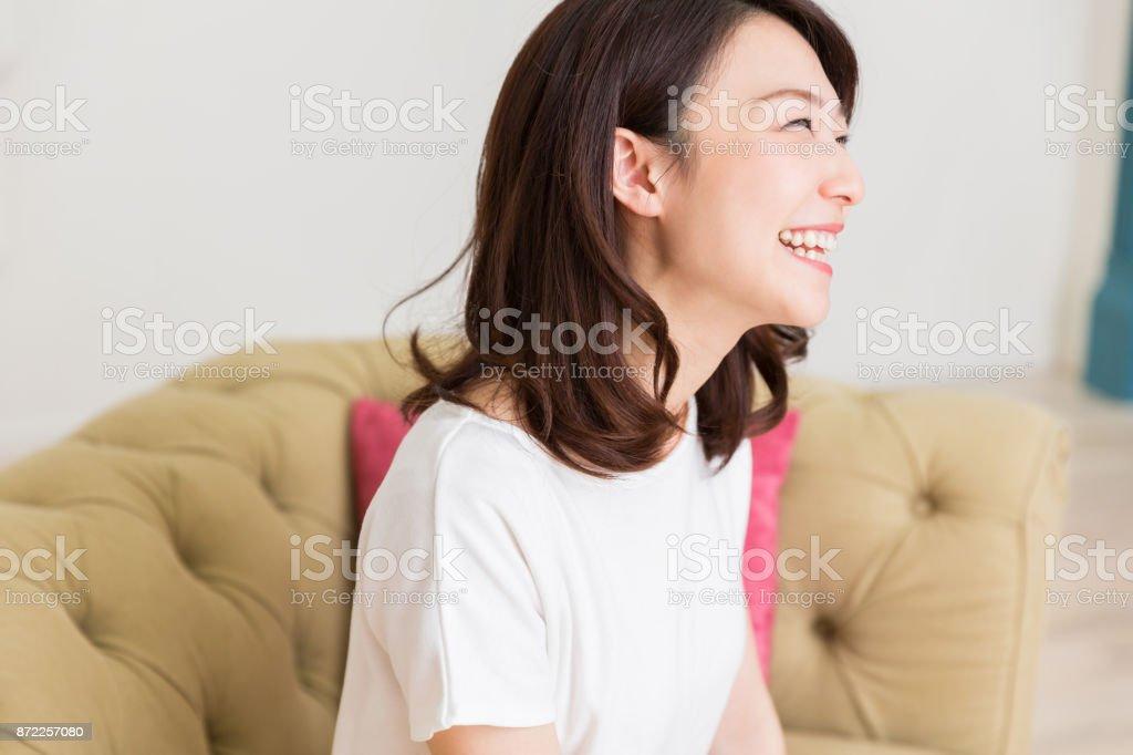 kvinnan avslappnande bildbanksfoto