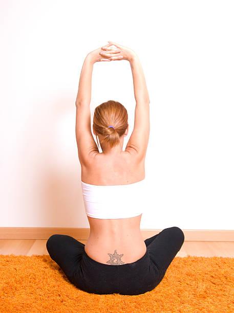 frau entspannenden - buddhist tattoos stock-fotos und bilder