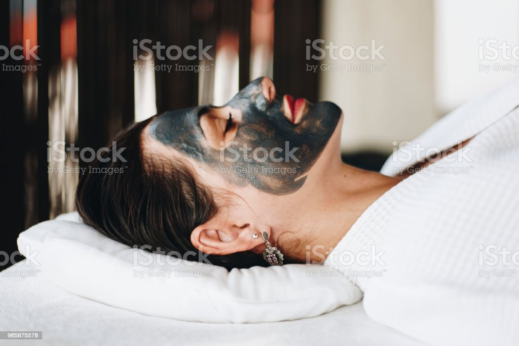 Woman relaxing with a facial mask at the spa - Royalty-free Adult Stock Photo