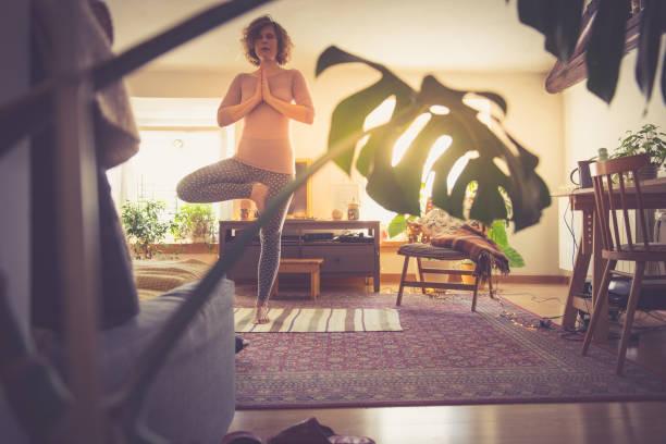 kvinna som kopplar av med yoga hemma - working from home bildbanksfoton och bilder