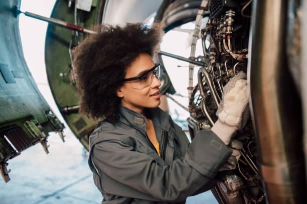 vrouw die herstellen van een vliegtuig - luchtvaartindustrie stockfoto's en -beelden