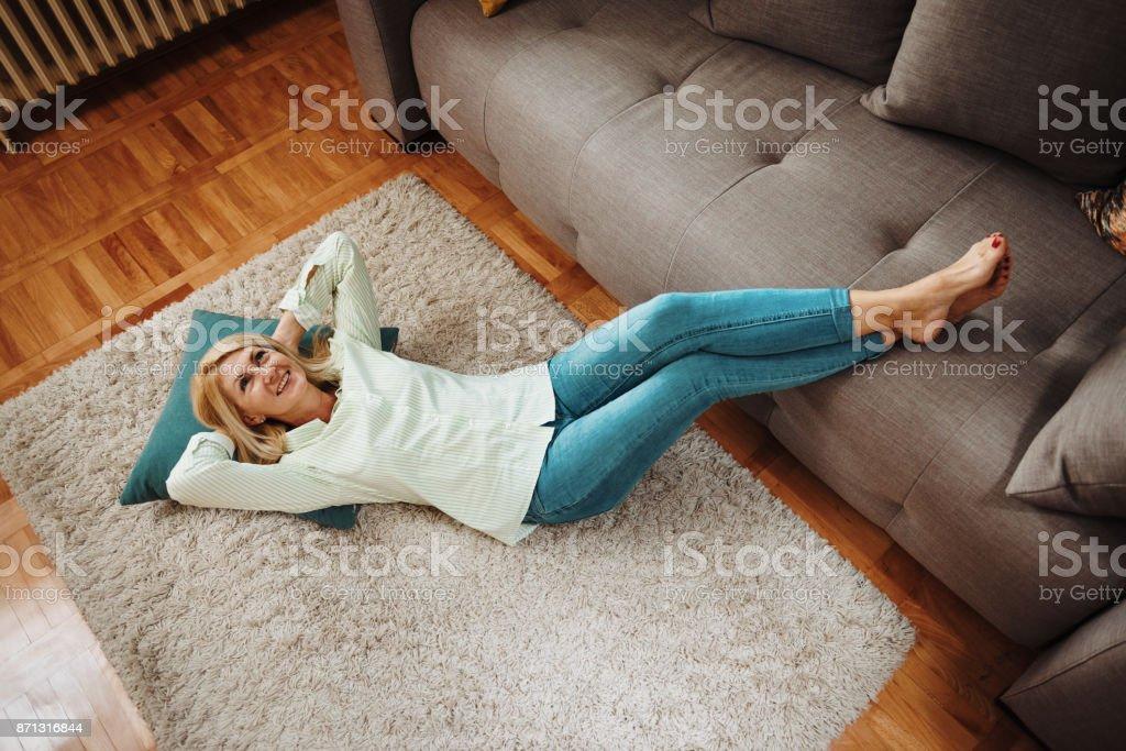 Frau zu Hause ausruhen nach der Arbeit – Foto