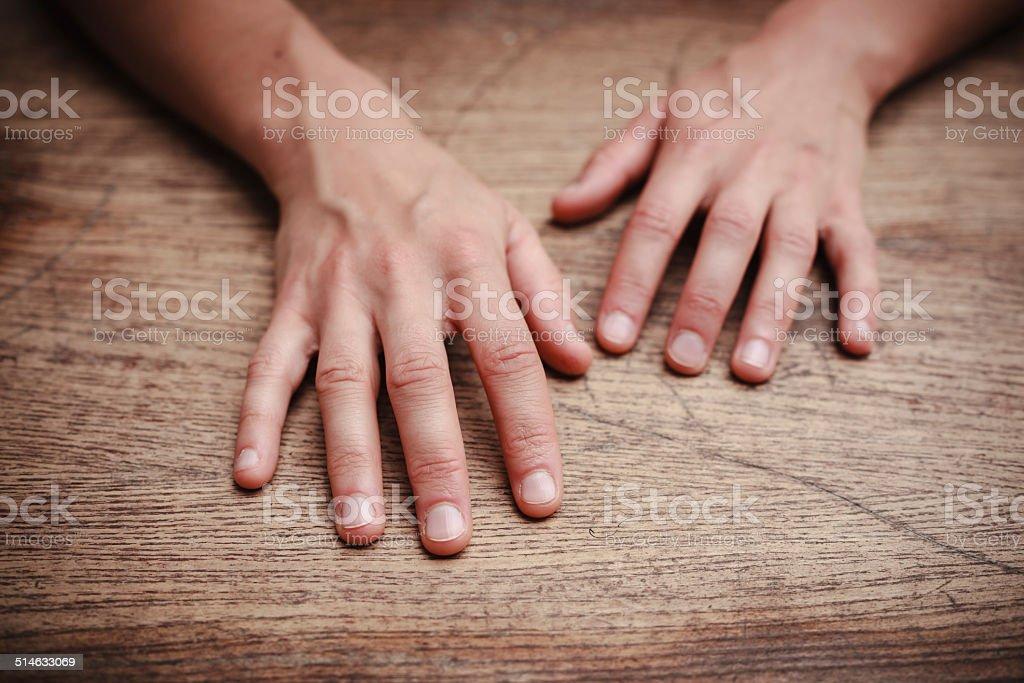 Frau ruhen Ihre Hände am Tisch Lizenzfreies stock-foto