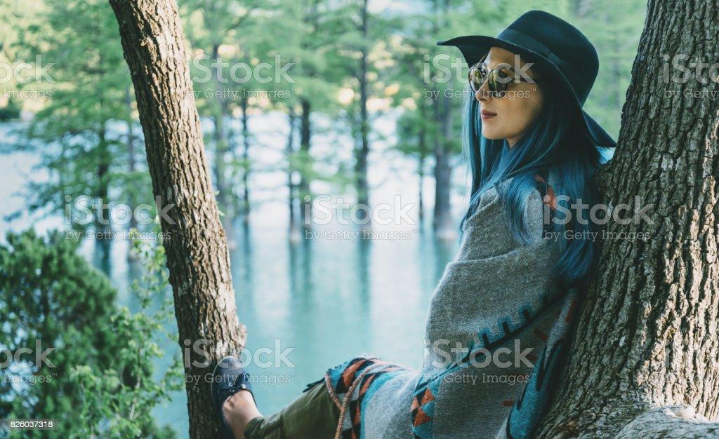 Femme, reposant sur l'arbre dans le parc. - Photo