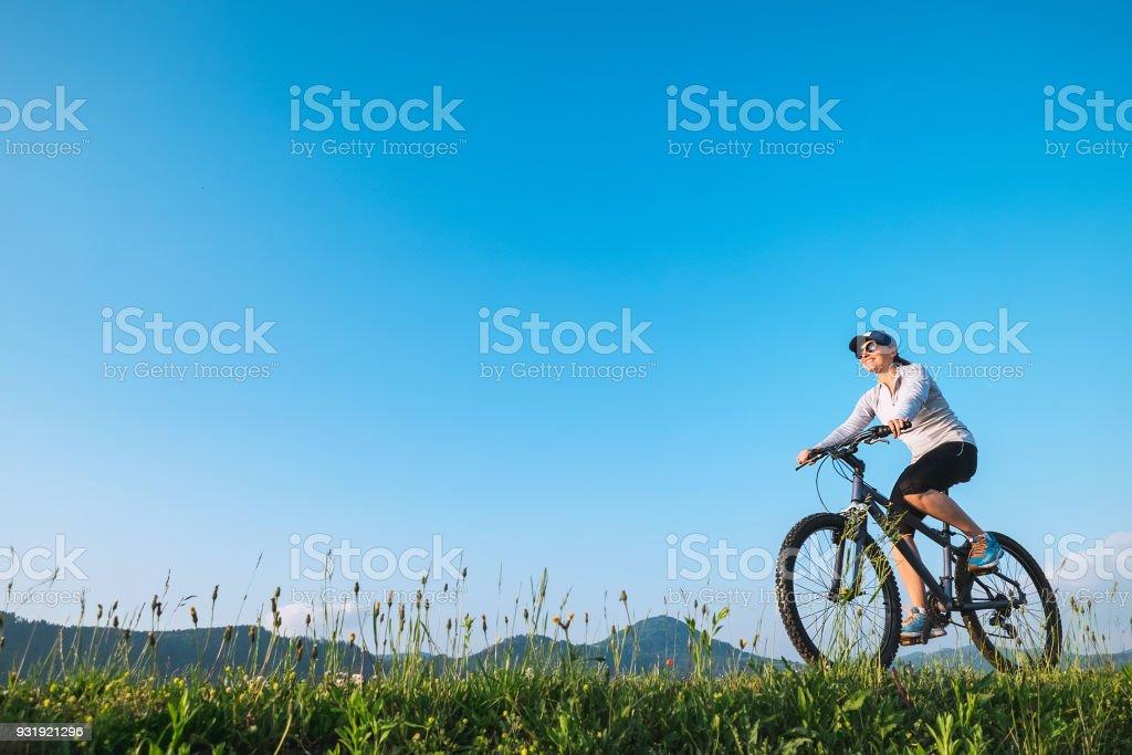 Frau mit dem Fahrrad fahren: Sommer Aktivitäten – Foto