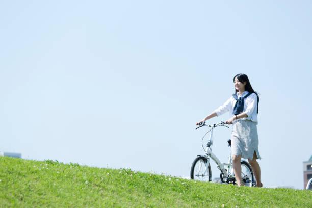 自転車に乗る女性 ストックフォト