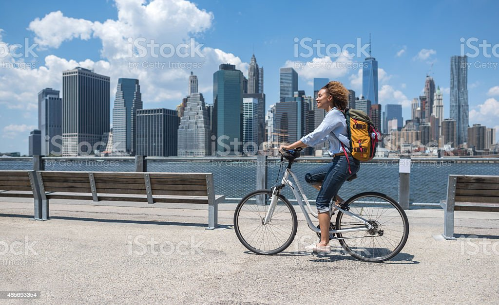 Woman riding a bike in NYC стоковое фото