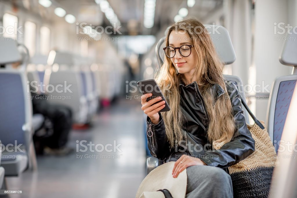 Donna in sella al treno moderno - Foto stock royalty-free di Adulto