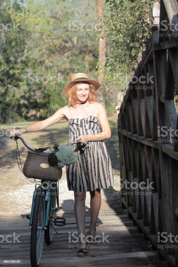 Woman riding bicycle in a tropical park. photo libre de droits