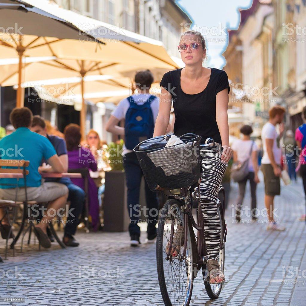 Frau Reiten Fahrrad in der Stadt. – Foto
