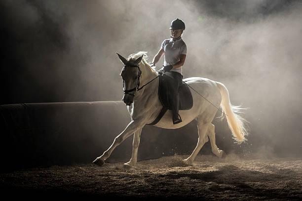 mujer montando a caballo - equitación fotografías e imágenes de stock