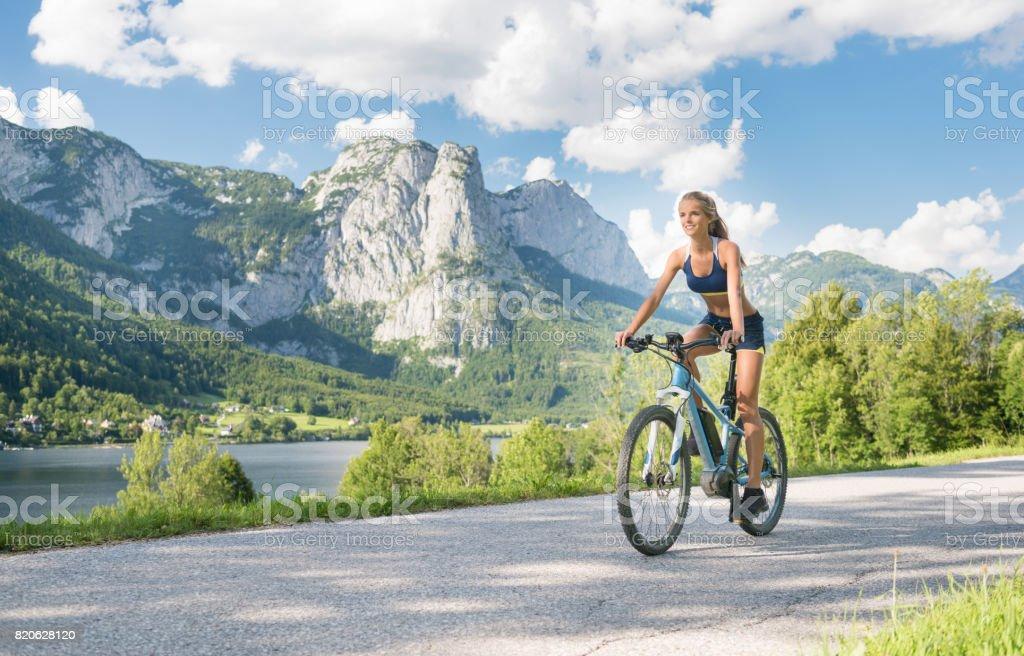 Mujer montando en su bicicleta Mountainbike, lago Grundlsee, Austria - foto de stock