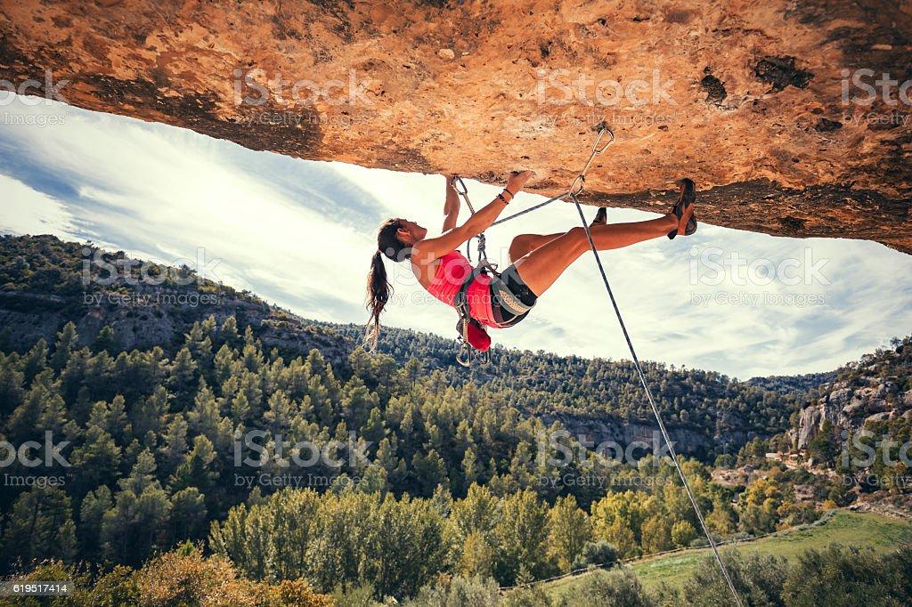 Mujer rock climbing - foto de stock