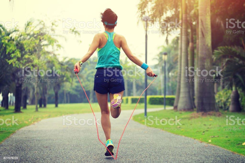 Läufer Sportlerin Seilspringen im tropischen park – Foto