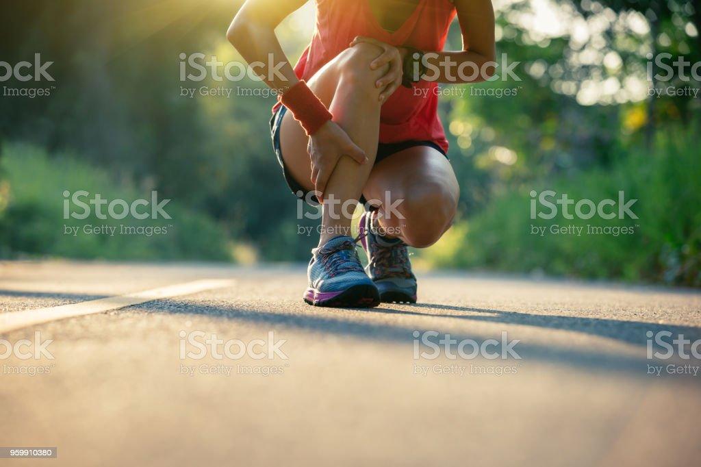 Woman runner got sports injury running on forest trail – zdjęcie