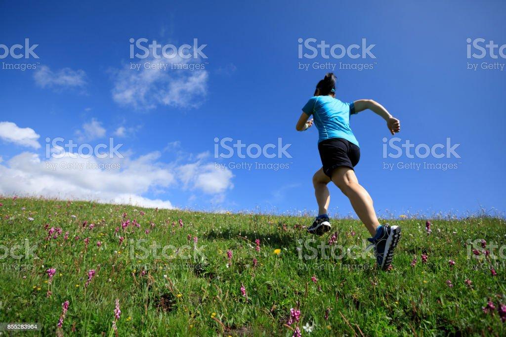 Frau Läufer auf Grünland Berg hochfahren – Foto