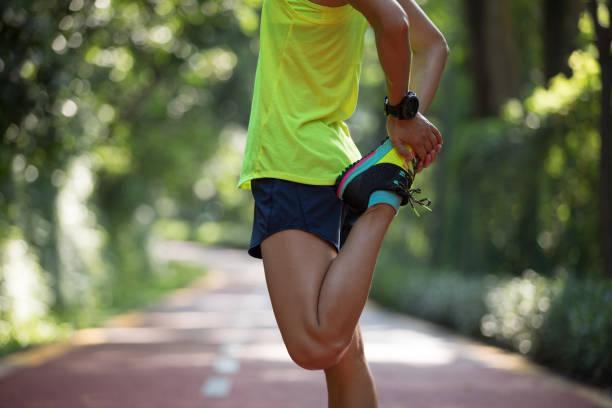 Frau Läufer auf Trail im Park laufen dehnen – Foto