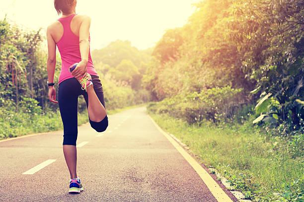 frau läufer aufwärmen im freien - rosa training stock-fotos und bilder