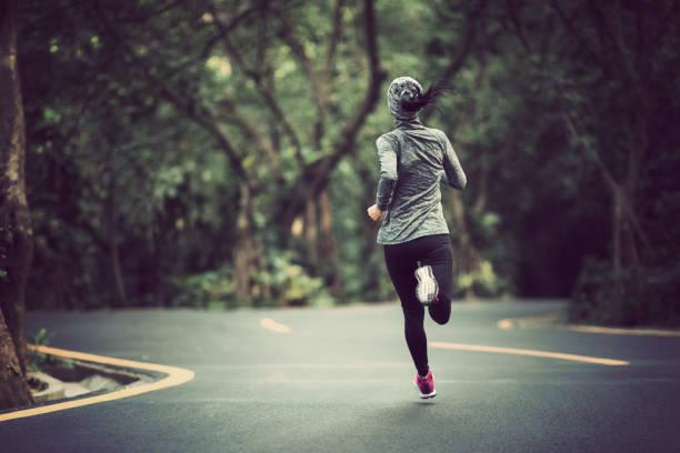 Frau läuft in Winter Park road – Foto