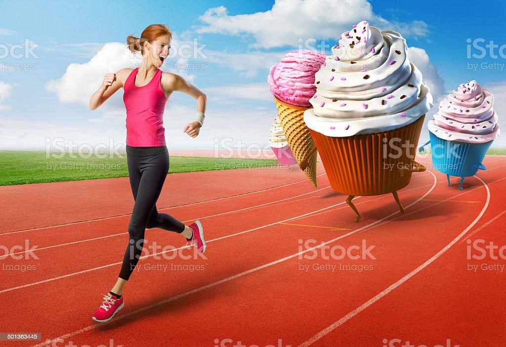 Mulher correndo fora de doces - foto de acervo