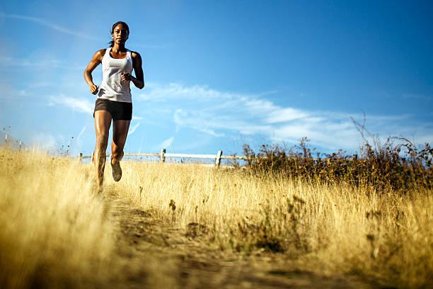 mujer corriendo en el hermoso entorno natural - trail running fotografías e imágenes de stock