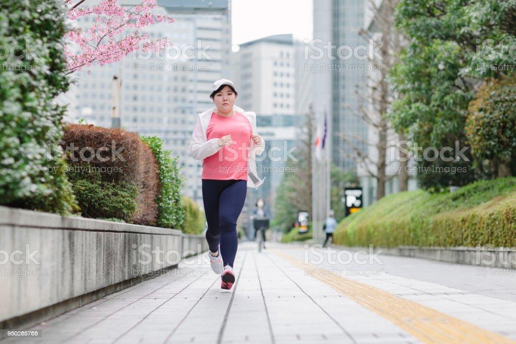 婦女奔跑在城市圖像檔