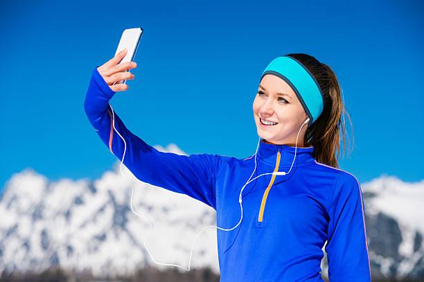 Mujer corriendo en las montañas - foto de stock