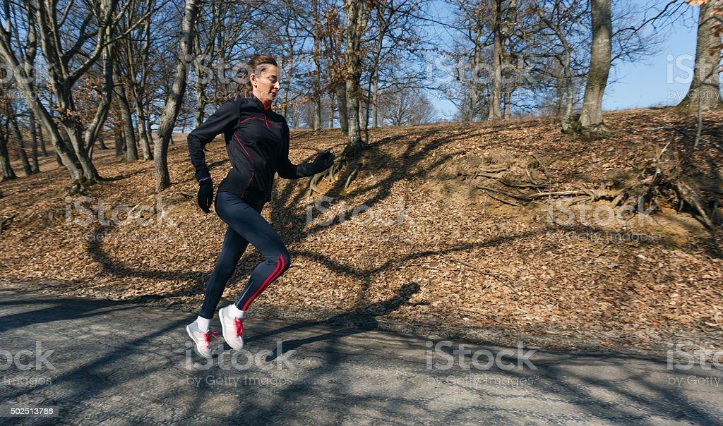 Frau läuft am Morgen – Foto
