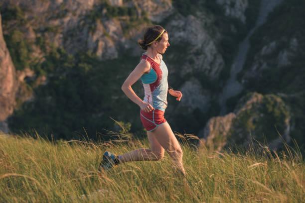Frau läuft in den Bergen – Foto