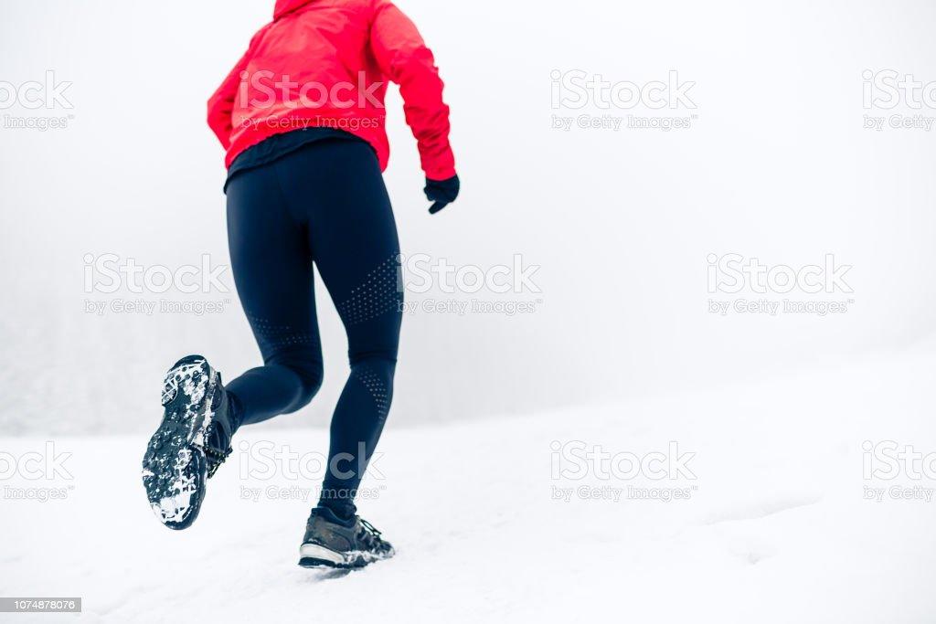 Frau läuft auf Schnee im Winterberge – Foto