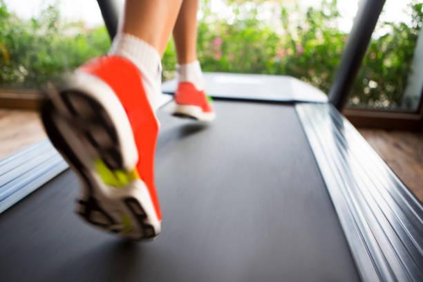 Frau läuft auf Laufband in der Turnhalle – Foto