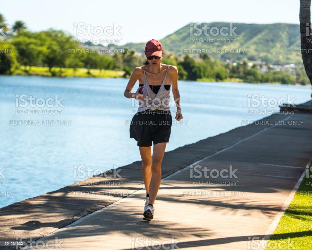 Mujer que corre al aire libre, Hawaii, USA - foto de stock