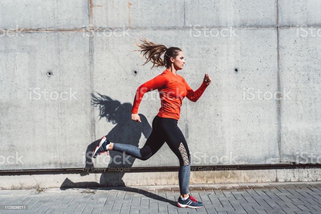Frau im Freien in der Stadt laufen - Lizenzfrei 30-34 Jahre Stock-Foto